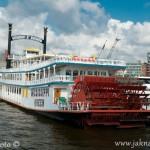 Parník v hamburském přístavu