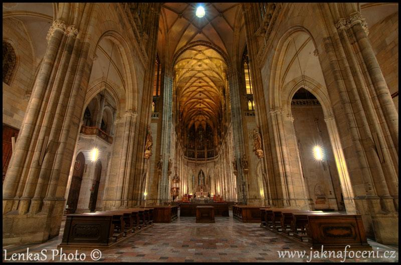 Symetrická kompozice kostelní loď